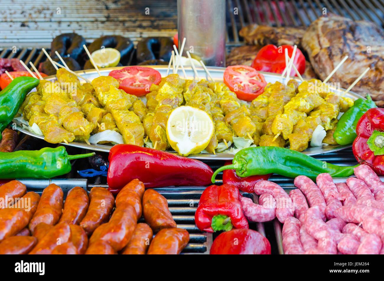 Raw brocheta de pollo especiados, Toulouse, embutidos, salchichas crudas, embutidos de sangre y costillas de cerdo cruda. Las materias se reunieron para barbacoa Foto de stock