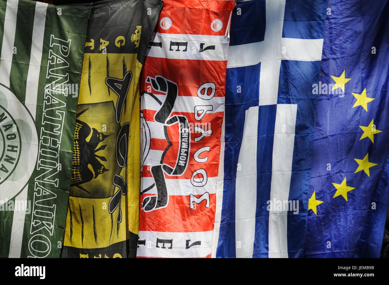 Unión y banderas griegas en una calle de Atenas (Grecia) Imagen De Stock