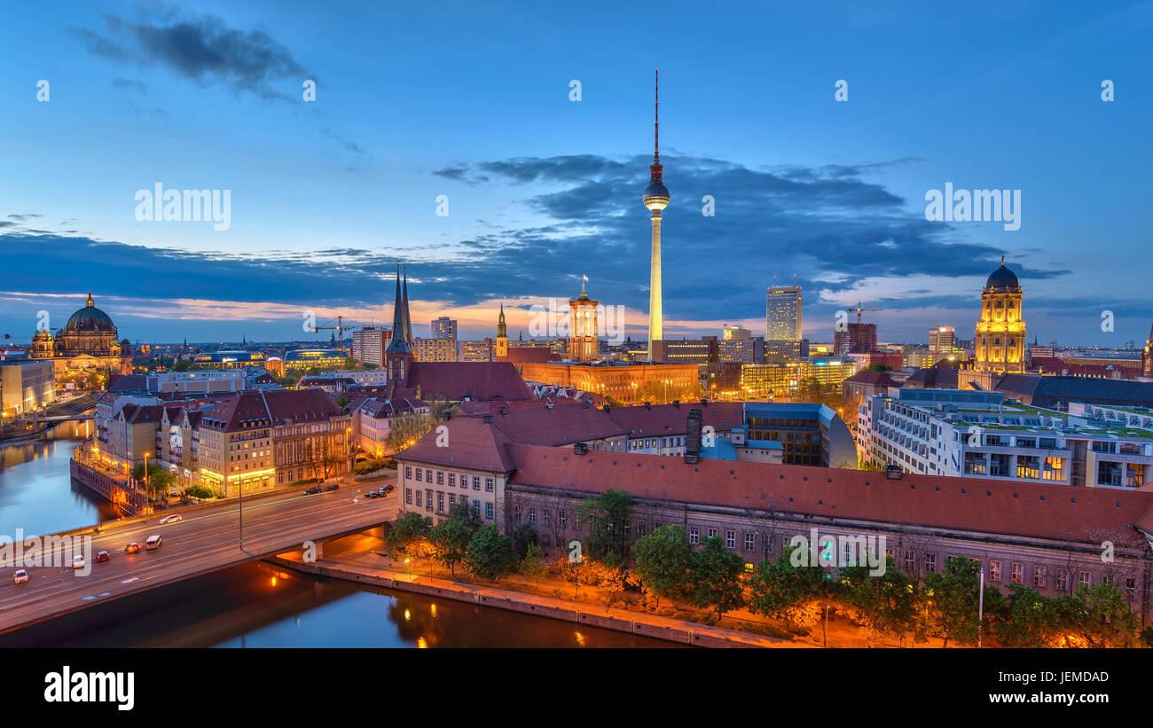 El panorama de Berlín en el horizonte de la ciudad al atardecer en el río Spree, en Berlín, Alemania Foto de stock