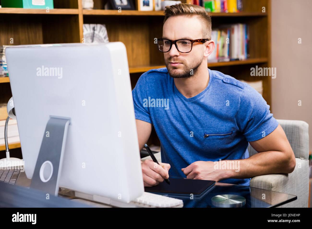 Diseñador gráfico seria utilizando tablet Foto de stock