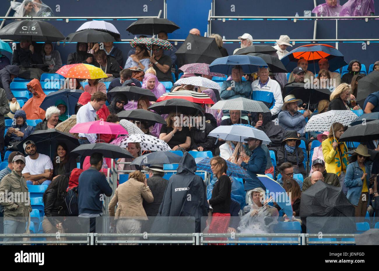 El 24 de junio de 2017. Heavy Rain interrumpe la reproducción en semi-final del día en el 2017 Aegon Championships, el Queen's Club, Londres Foto de stock