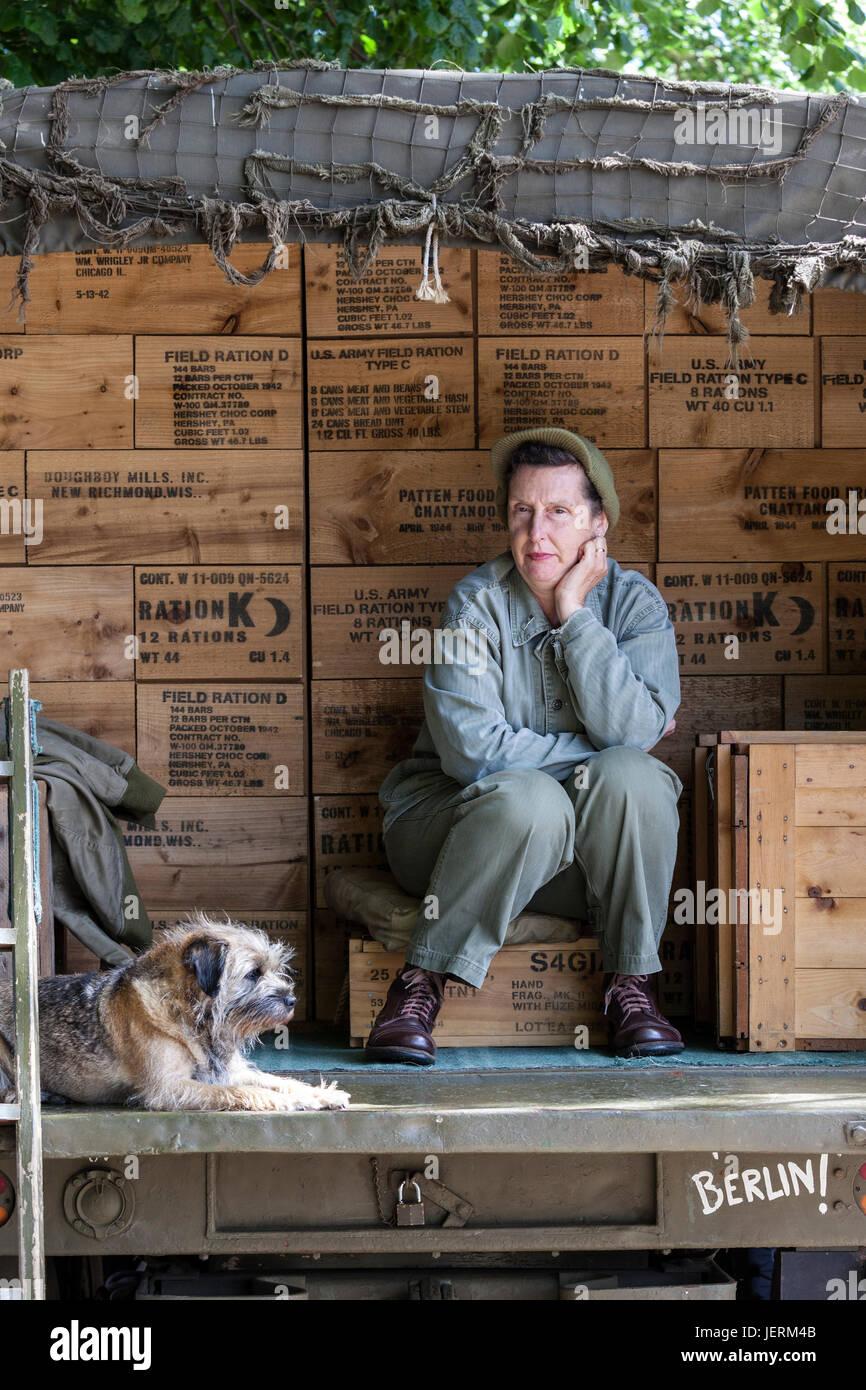 Re-enactor y su perro sentado en la parte trasera de un camión durante el 2017 Barnard Castle 1940 Fin de semana, Imagen De Stock