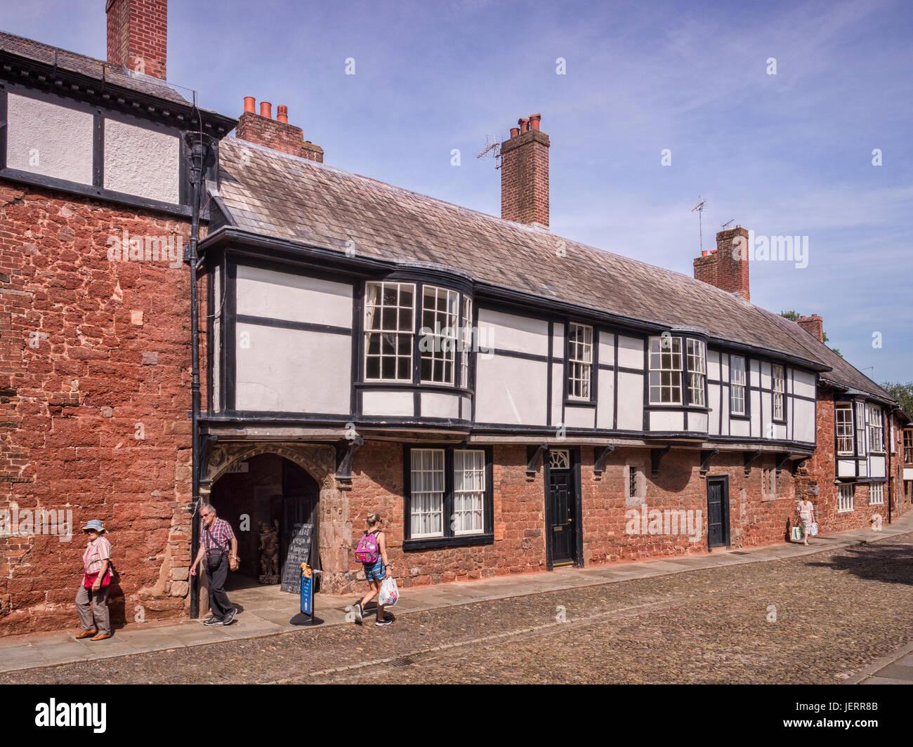 20 de junio de 2017: Exeter, Devon, Reino Unido - Casas en Catedral, cerca de Exeter, en el verde de la Catedral. Imagen De Stock