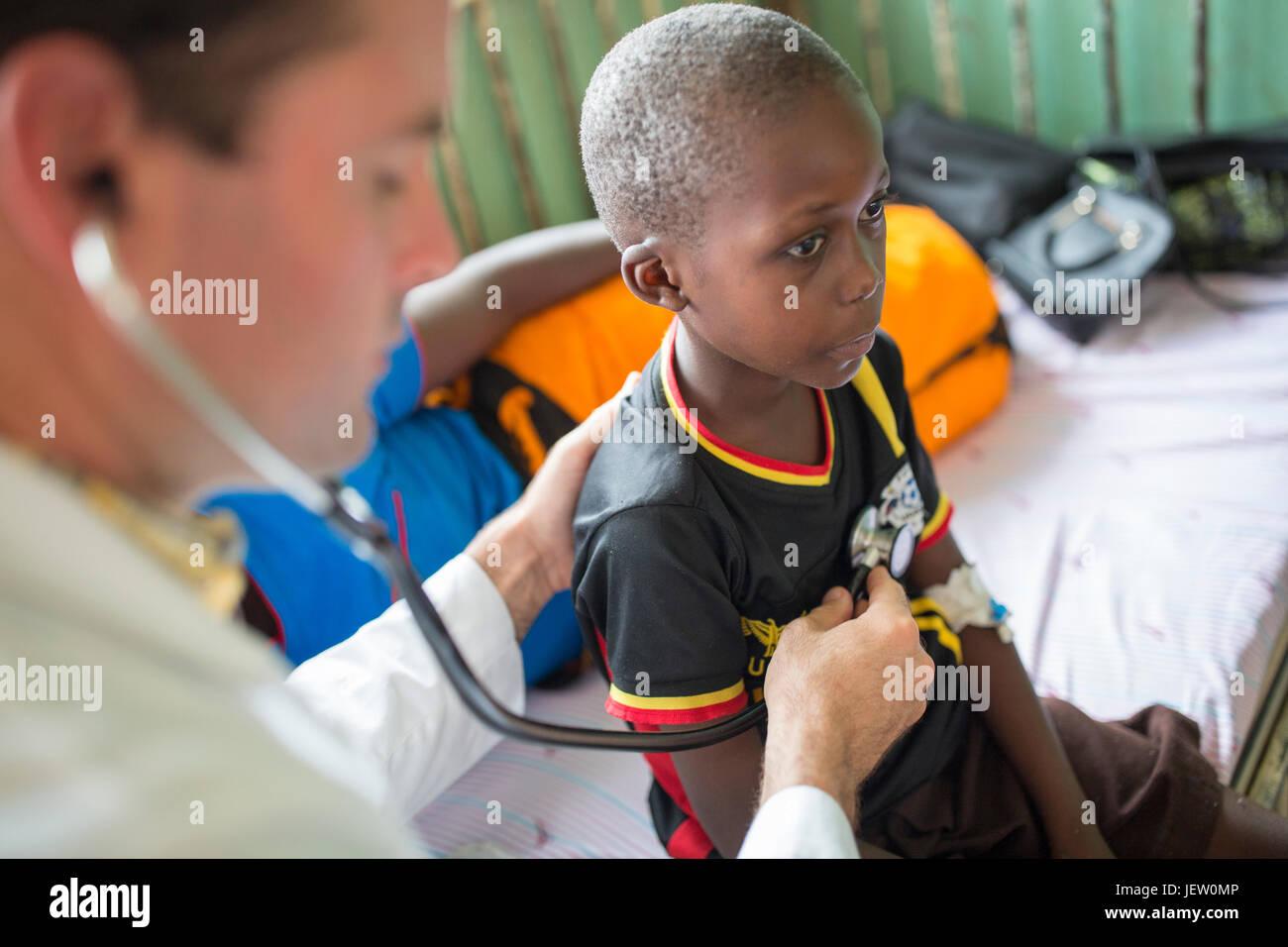 Un expatriado misionero médico trabaja en la sala pediátrica en Bundibugyo Hospital, Uganda. Imagen De Stock