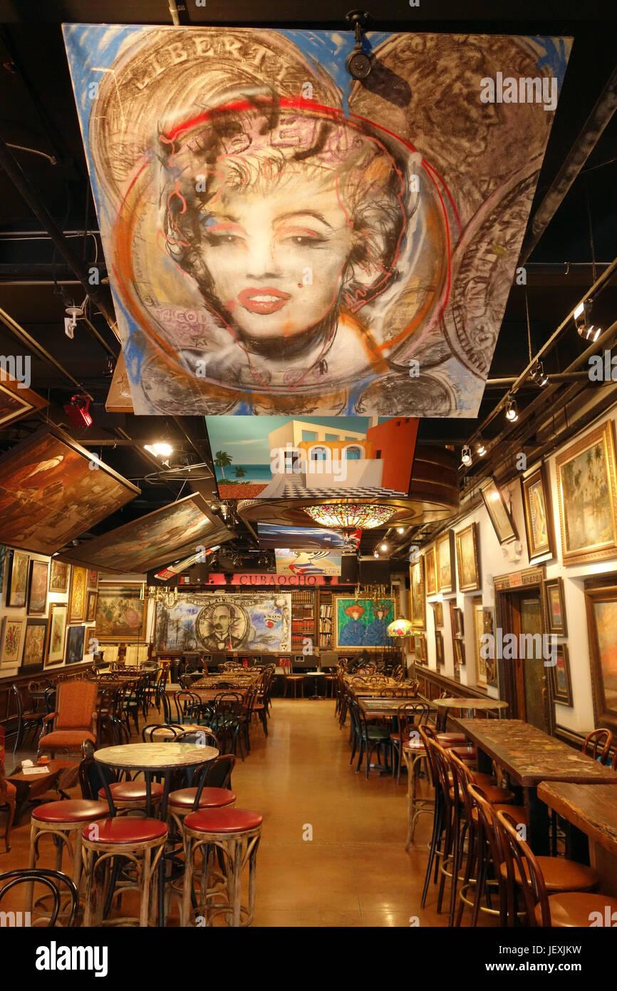 Ilustraciones decoran el restaurante interior; la Pequeña Habana; Miami, Florida Foto de stock