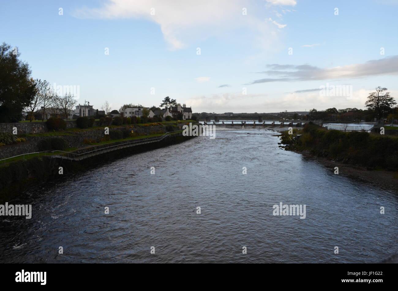 Río Corrib y Dam, cerca de la Catedral de Galway, Irlanda Foto de stock