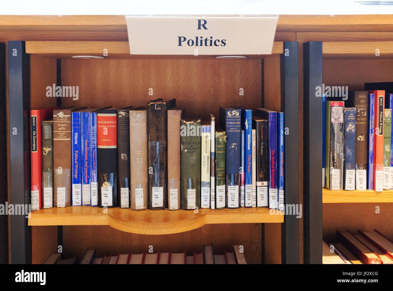La política libros en una biblioteca en los estantes de las bibliotecas, Inglaterra Imagen De Stock
