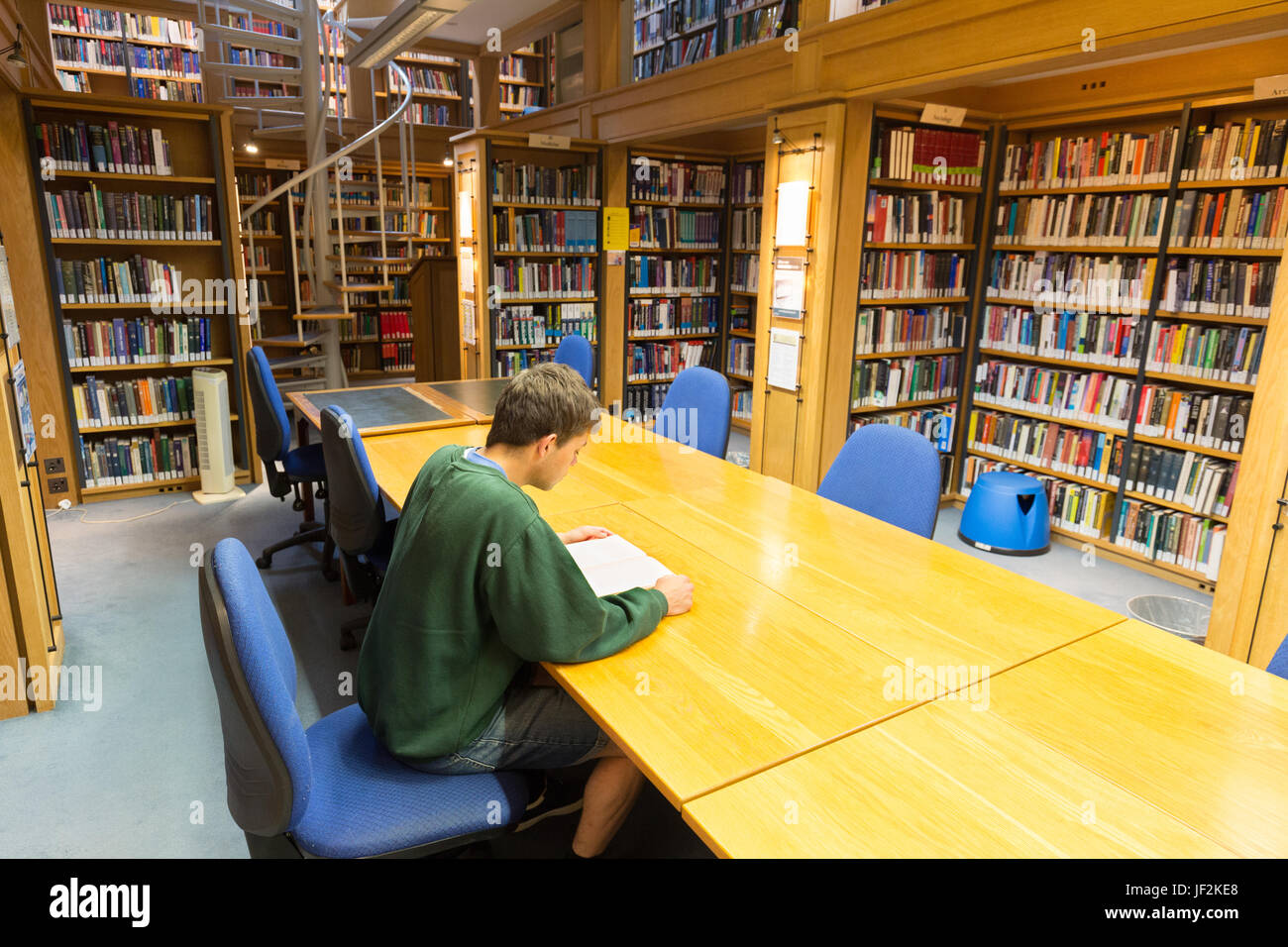 Estudiante de la Universidad de Cambridge en la biblioteca, Queens College, Universidad de Cambridge, Cambridge, Imagen De Stock