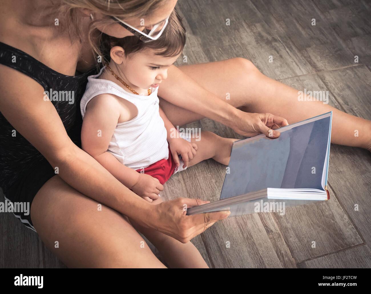 Leer historias de la madre al bebé Imagen De Stock