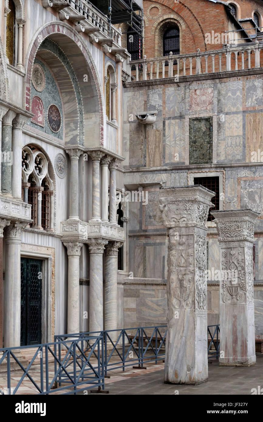 Entrada lateral, la Basílica de San Marcos, en Venecia, Italia Foto de stock
