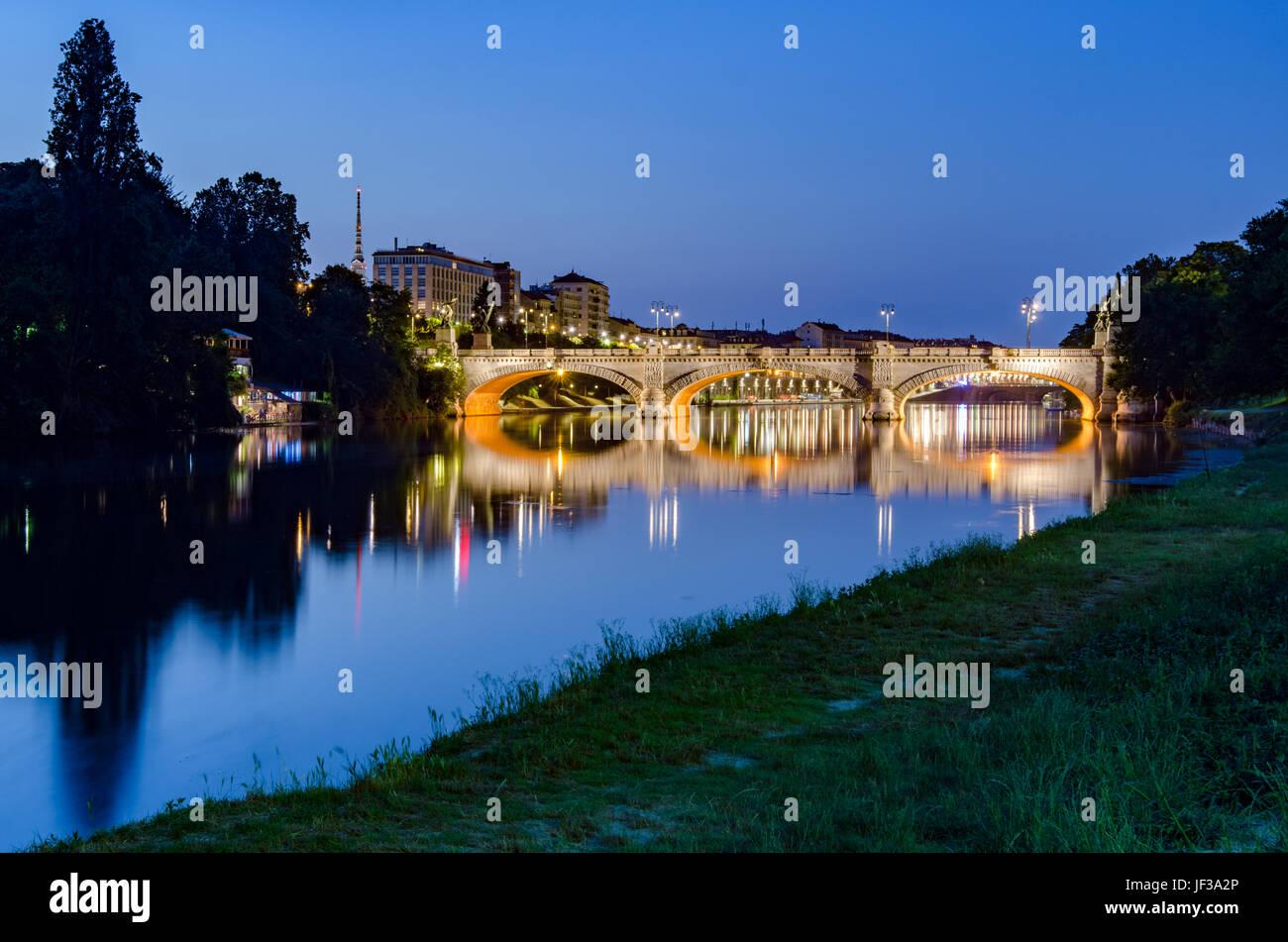 Puente de Turín Umberto I y el río Po al atardecer Foto de stock