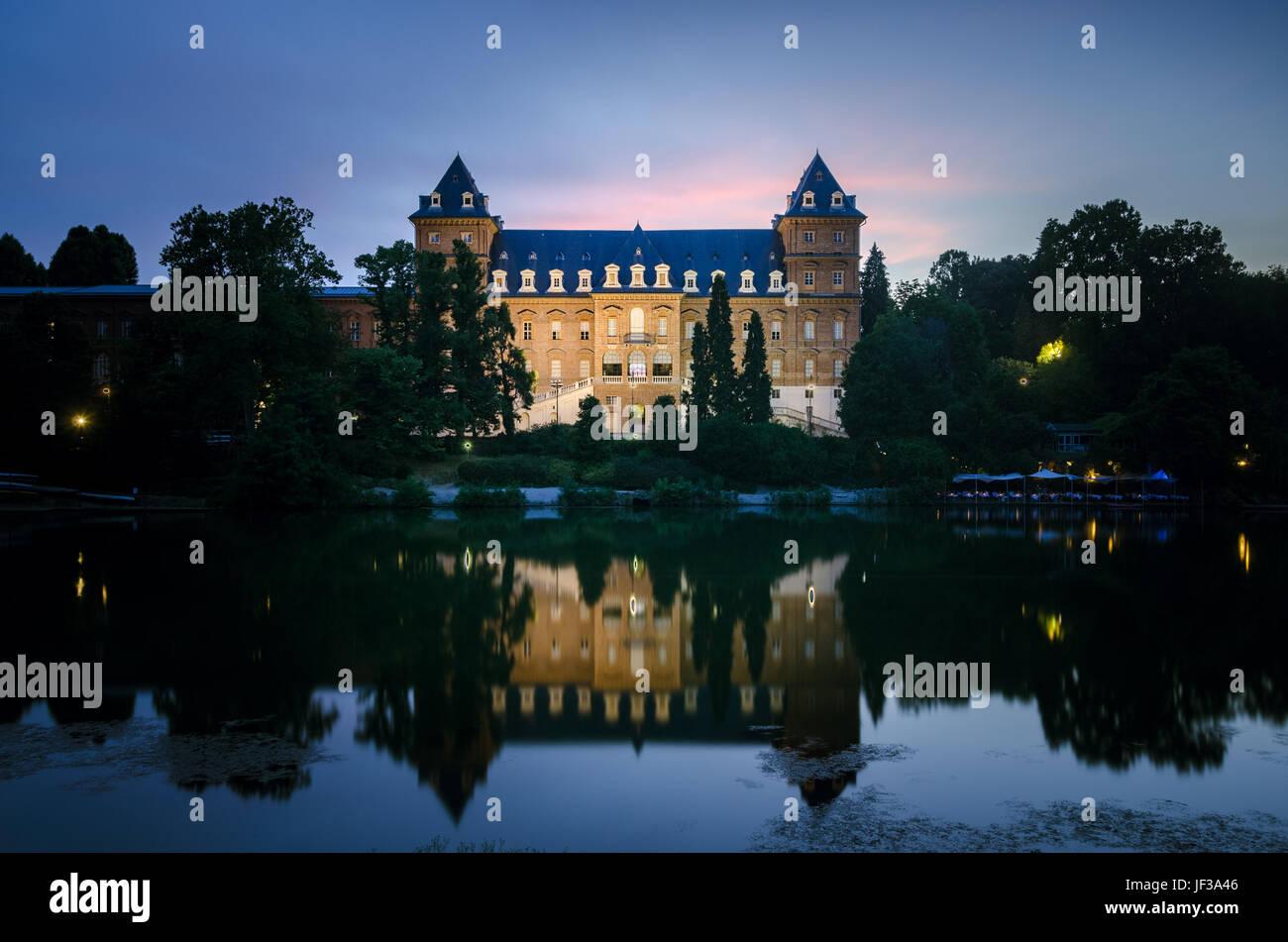 Turín castillo Valentino en penumbra Foto de stock