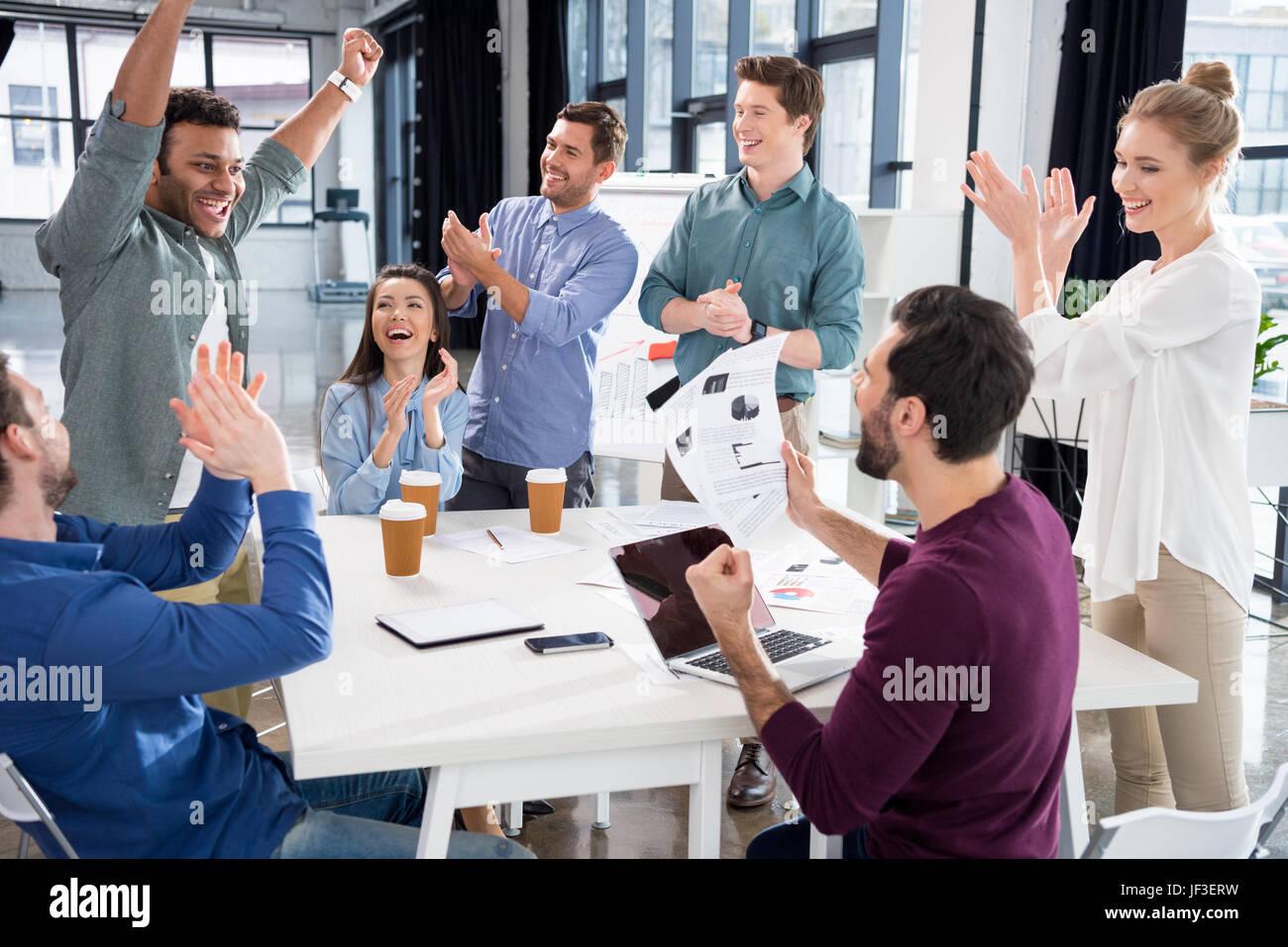 Equipo empresarial celebrando el éxito de la juntos en lugar de trabajo en la oficina, el concepto de grupo Imagen De Stock