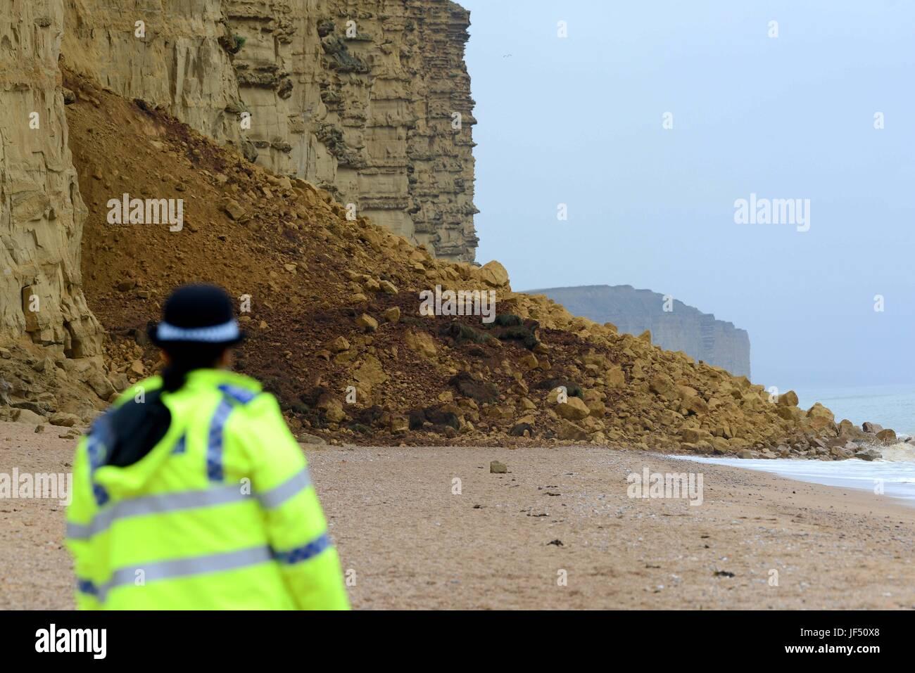 West Bay, Dorset, Reino Unido. El 29 de junio, 2017. Policía cercanos East Beach y acantilado tras un enorme Imagen De Stock