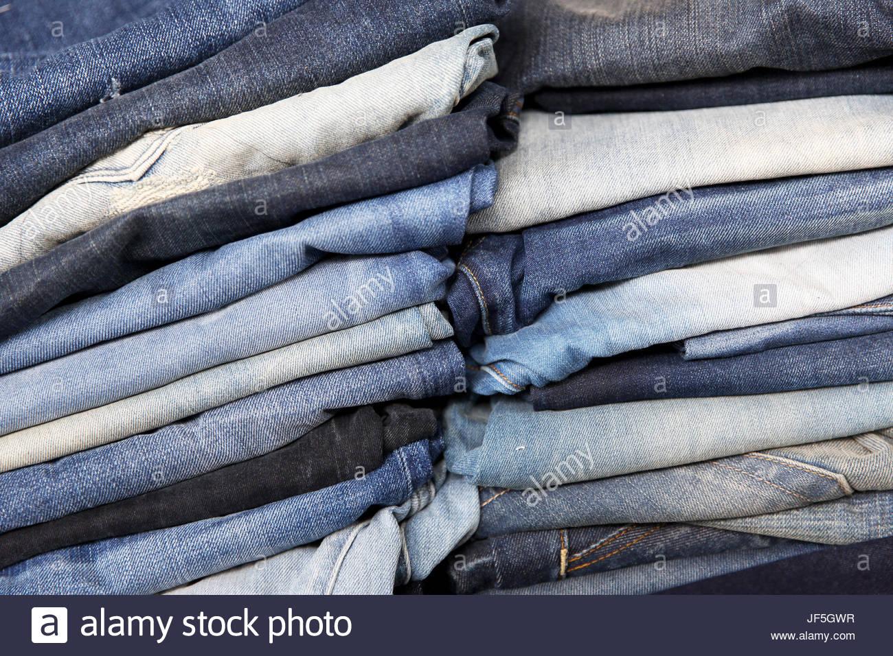 a6f77061d9 Jeans apilados en un showroom en una fábrica de denim Foto   Imagen ...
