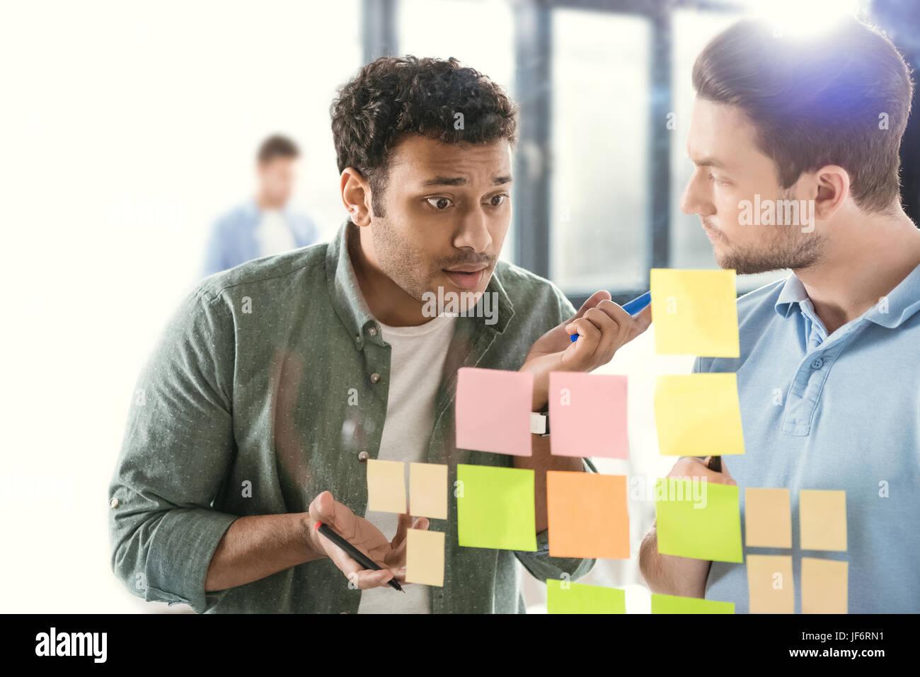 Los empresarios informales trabajando en un nuevo proyecto en la oficina moderna de negocios, trabajo en equipo Imagen De Stock