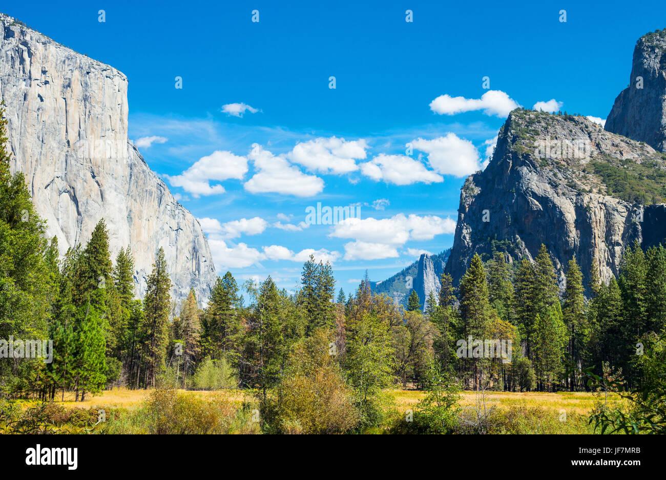 Parque Nacional Yosemite, California, vista panorámica del valle con el Capitan y las torres de la Catedral Imagen De Stock
