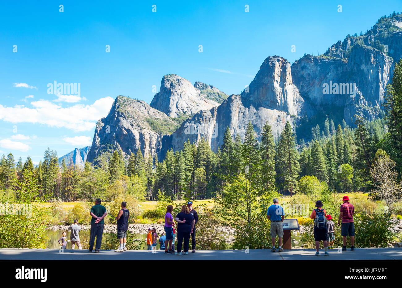 El parque de Yosemite, EE.UU., turistas mirando a las torres de la Catedral las montañas Imagen De Stock