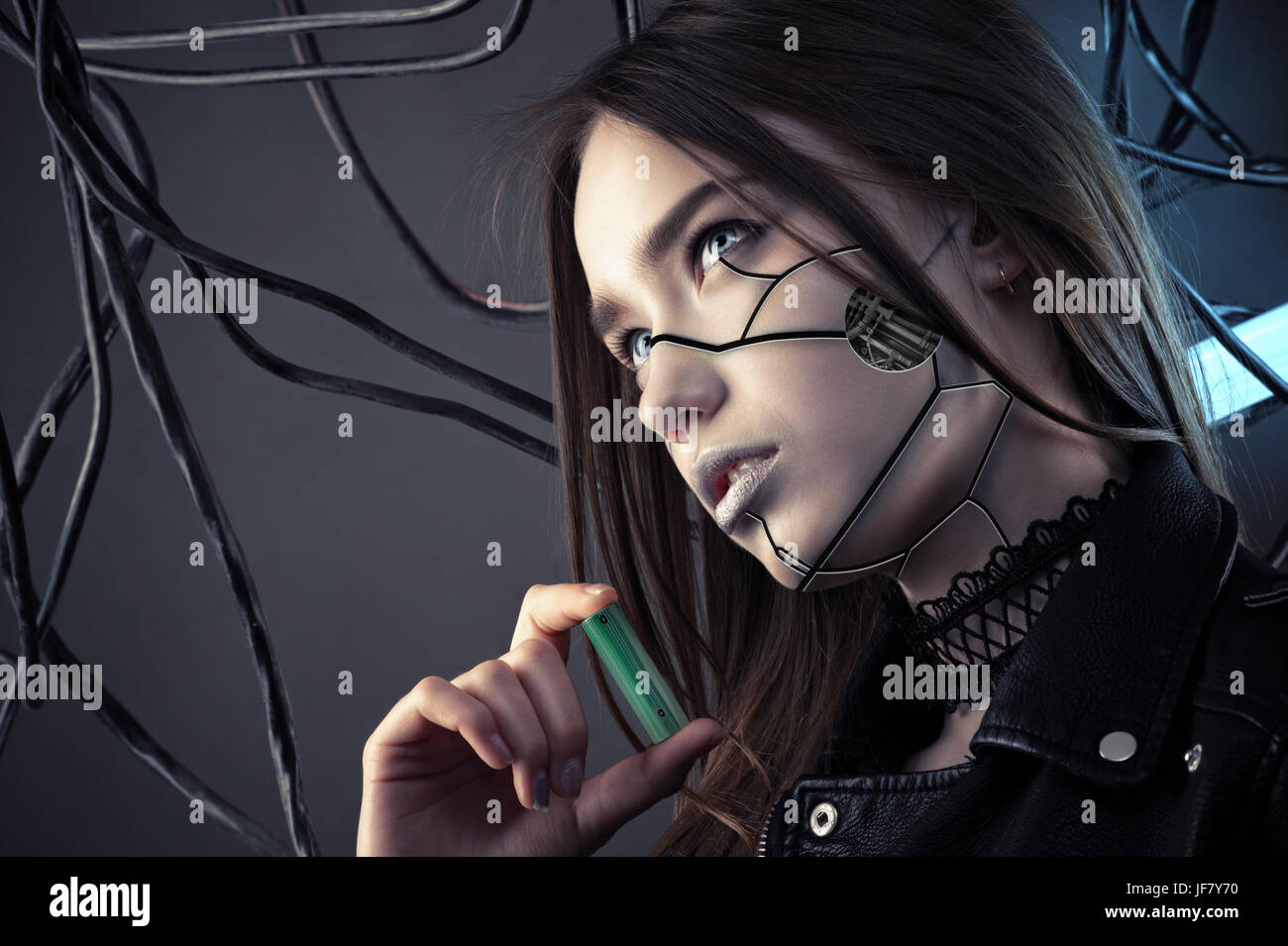Encantador robot chica con maquillaje estilo cyberpunk batería sosteniendo en la mano, el concepto de ahorro de Foto de stock