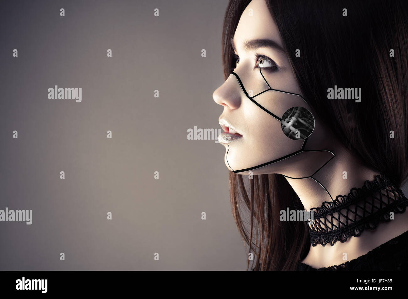 Hermosa chica con maquillaje moda cyberpunk mirando hacia arriba Imagen De Stock