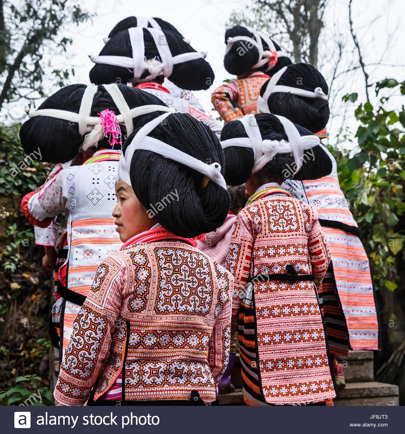 Las mujeres de la de cuernos largos en un grupo étnico minoritario Miao Gaoxing village. Imagen De Stock
