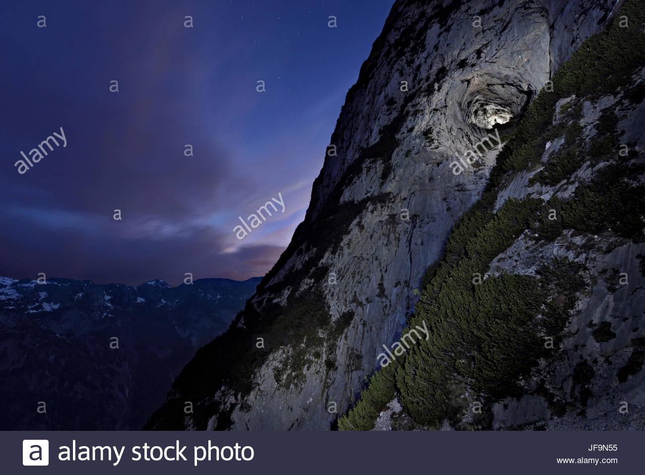 La entrada de Eisriesenwelt Eishoehle con los Alpes austríacos en la distancia. Imagen De Stock