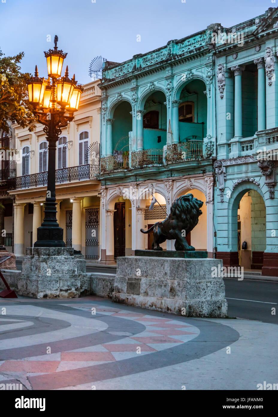 Línea de edificios clásicos del Paseo De Martí, conocido como el Museo del Prado, LA HABANA, CUBA Foto de stock