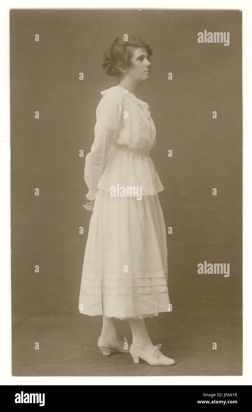 Postal temprana del atractivo joven verano vestidos de blanco falda y blusa, con adornos, una forma de vestir más Imagen De Stock