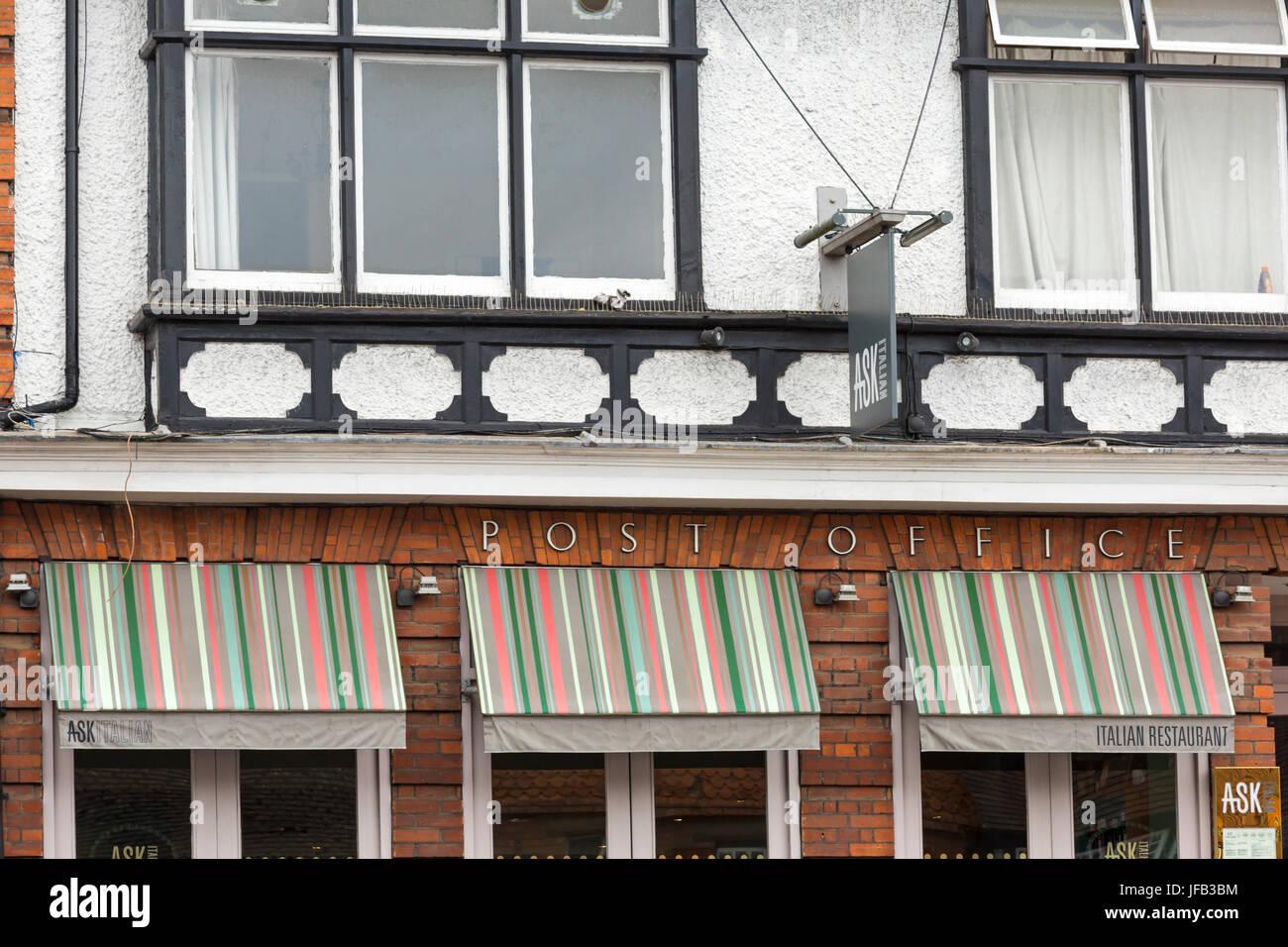 Pregunte restaurante italiano en el antiguo edificio de Correos en la calle alta en Marlborough, Wiltshire en junio Foto de stock