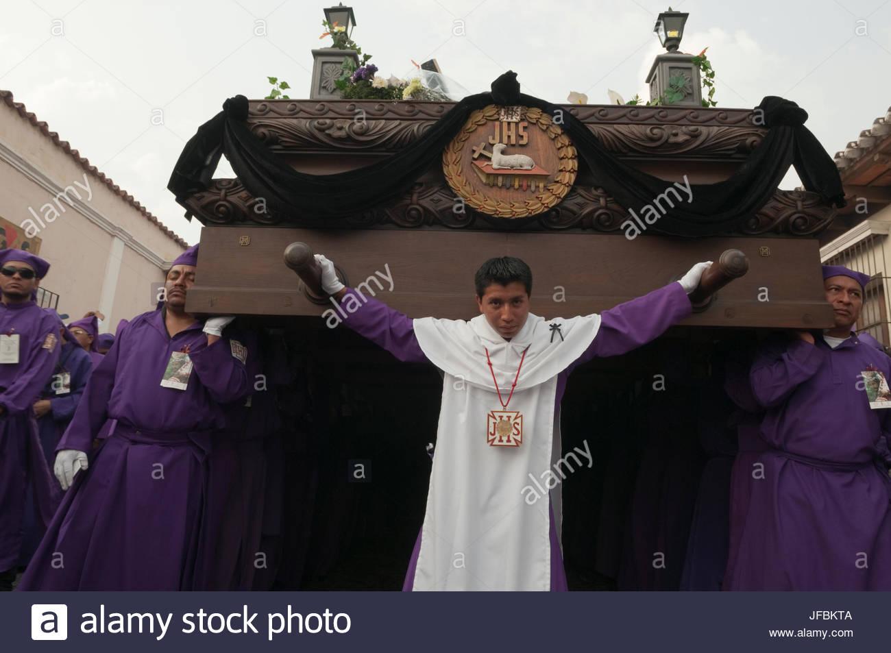 Una procesión de Semana Santa en las calles de Antigua. Foto de stock