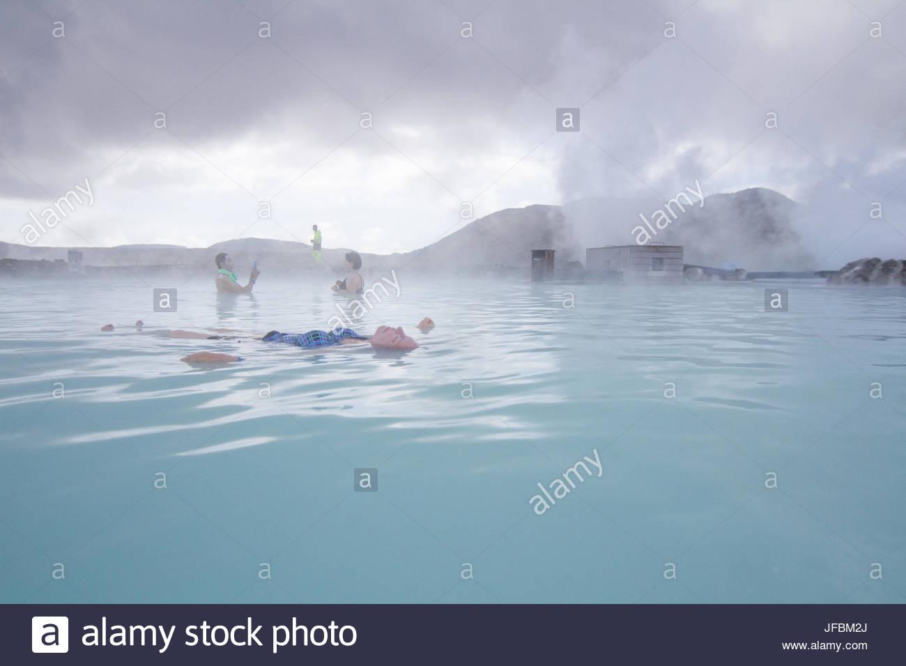La gente en las relajantes aguas termales geotérmicas en Blue Lagoon. Foto de stock