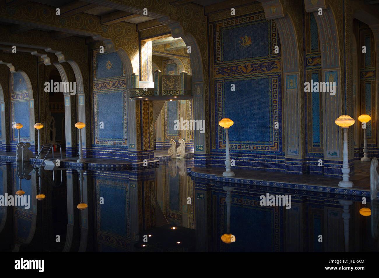 La piscina romana en Hearst Castle, al estilo de un antiguo baño romano, está embaldosado con patrones de mosaico en azul y oro, y iluminado con luces ornamentadas esculturas. Foto de stock