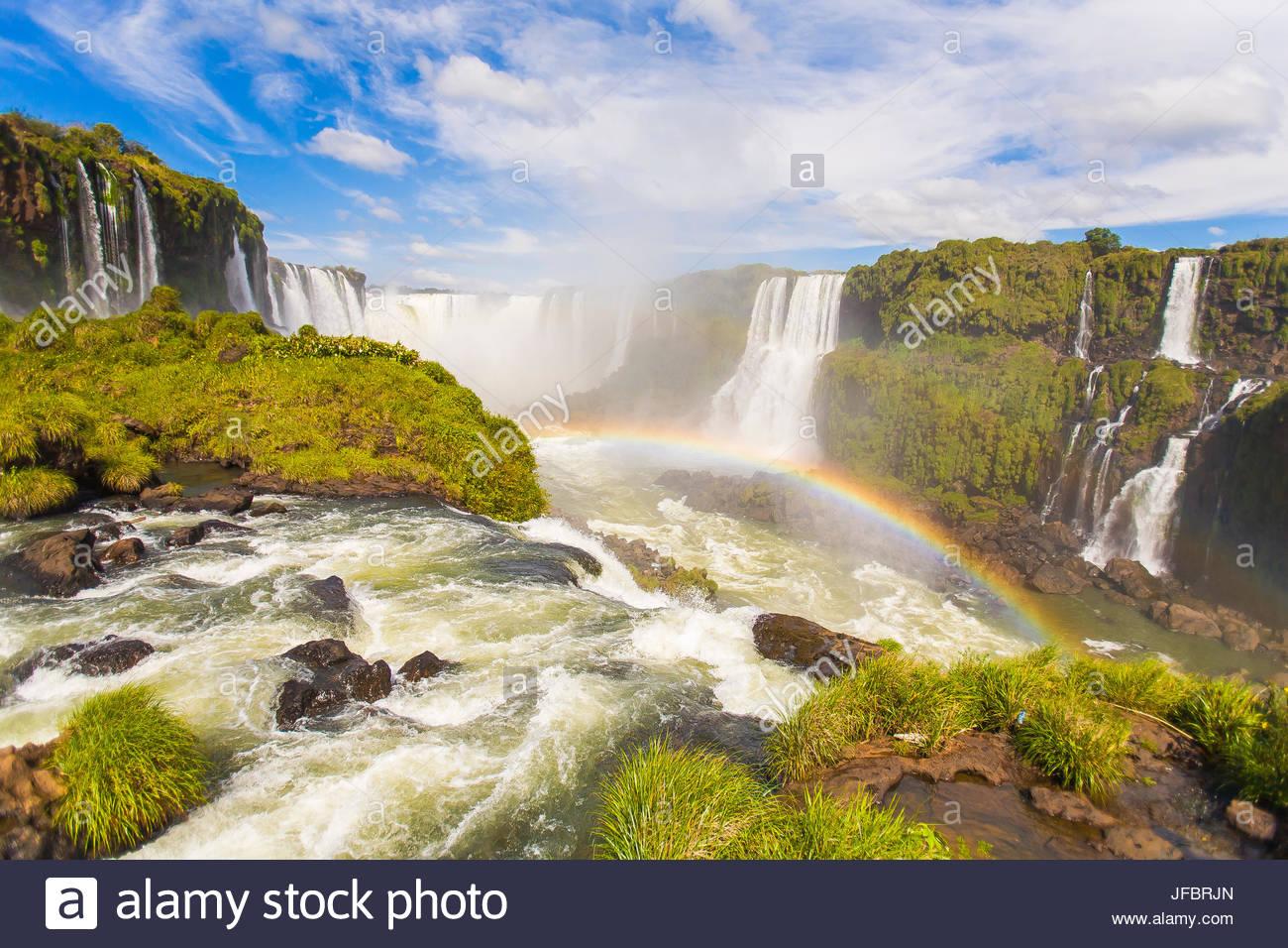 Un arco iris en las cataratas de Iguazú en la frontera de Argentina y Brasil en América del Sur. Imagen De Stock