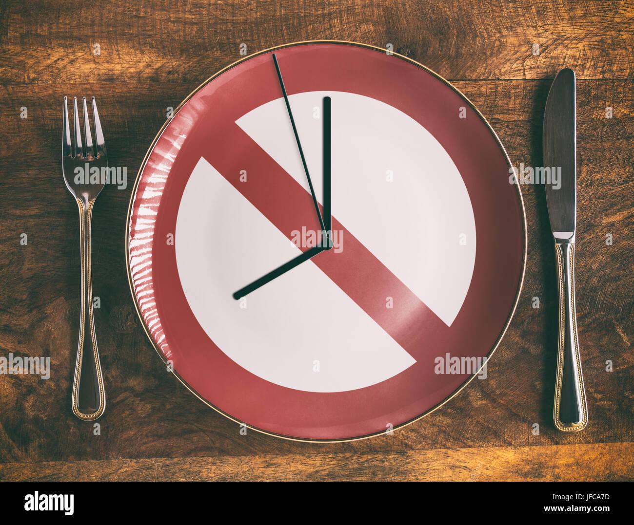 Saltarse el desayuno concepto con ningún símbolo y reloj en la placa Imagen De Stock