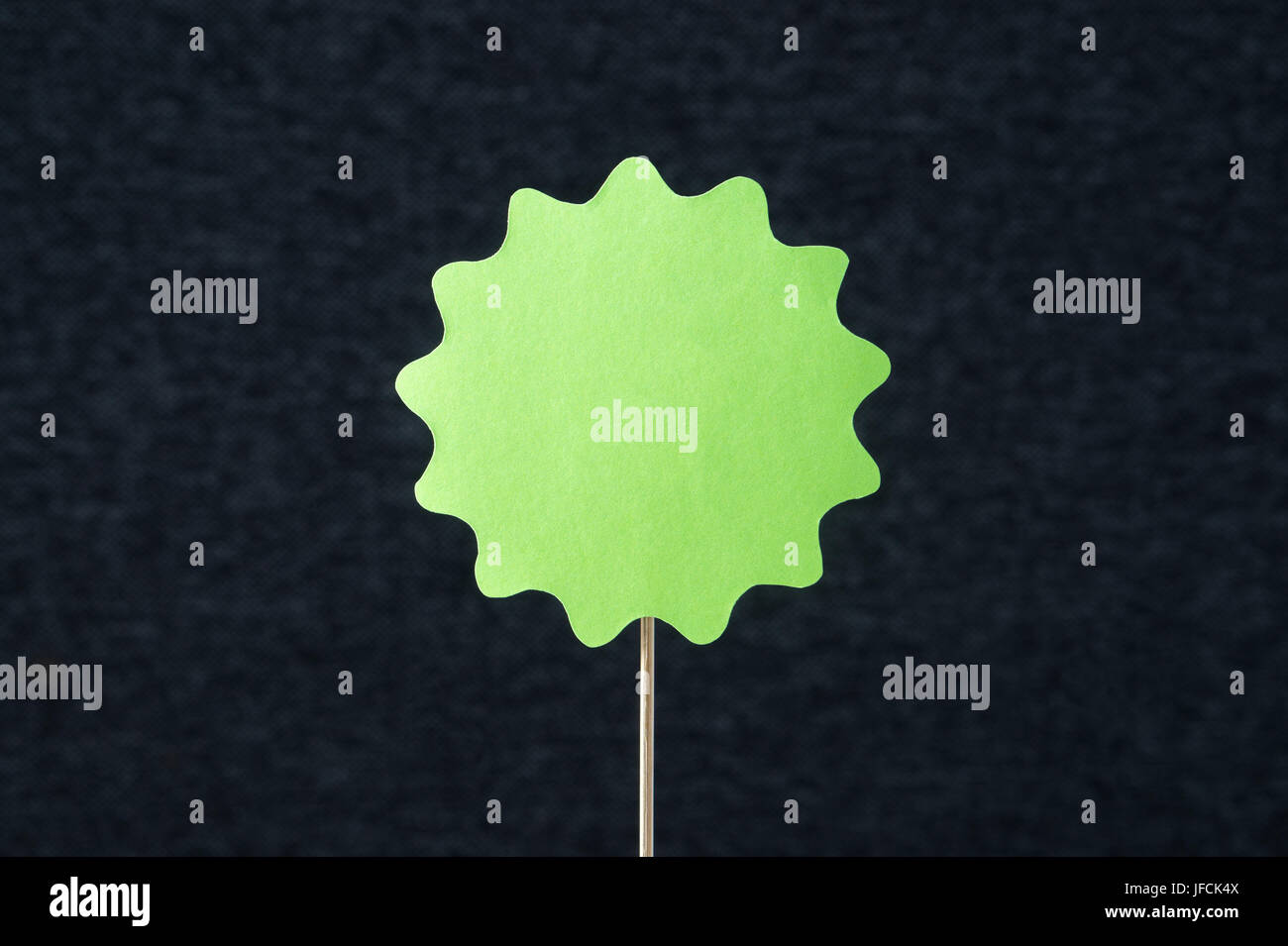 Forma verde grande círculo cortado de cartón sobre un palo de madera ...