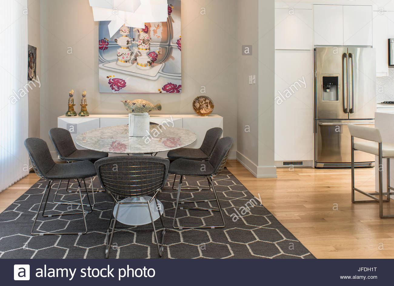 Mesa redonda, en la moderna área geométrica alfombra gris, gris ...