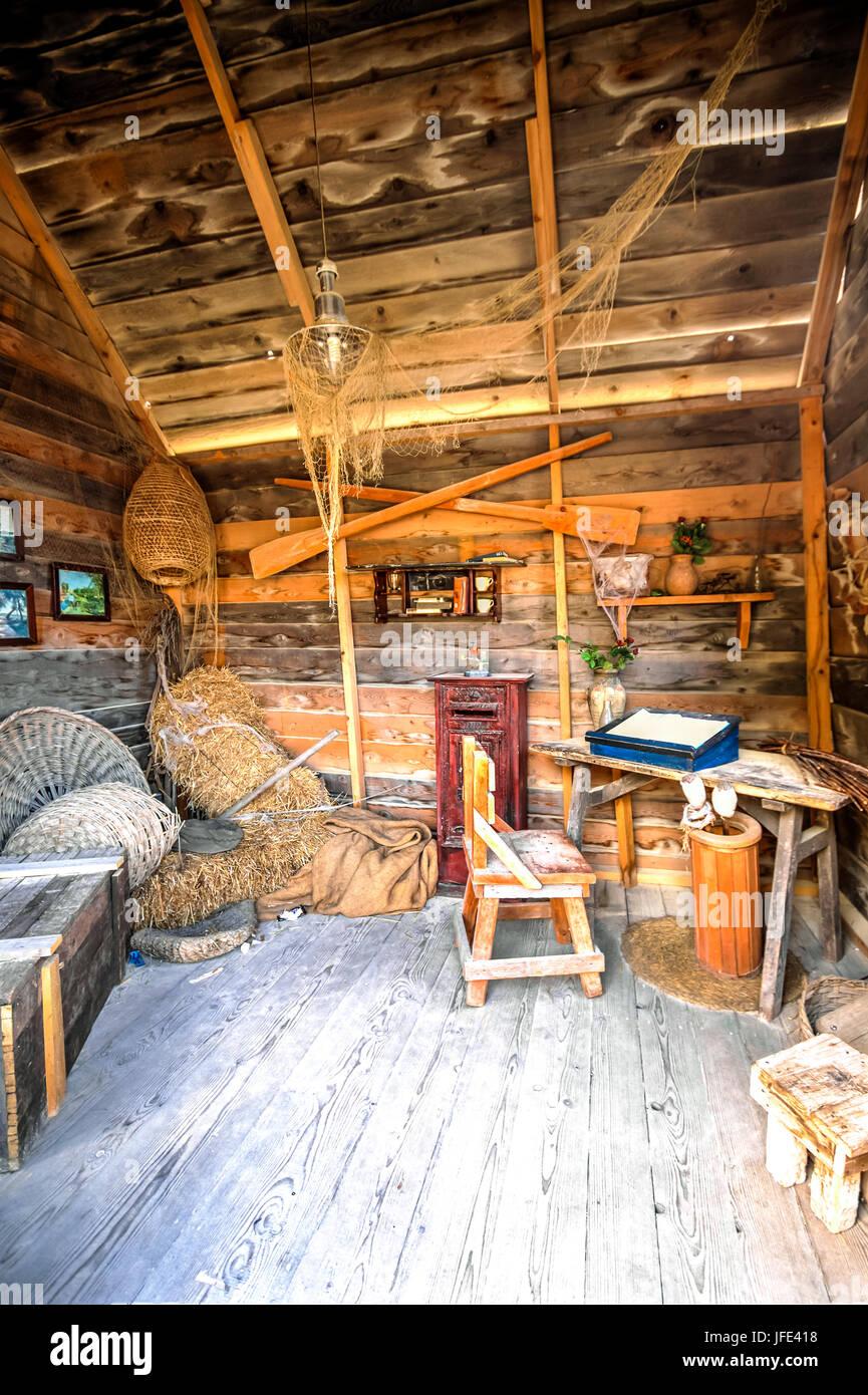Poste de madera vieja, tradicional oficina en Popeye's Village, en Malta. Imagen De Stock