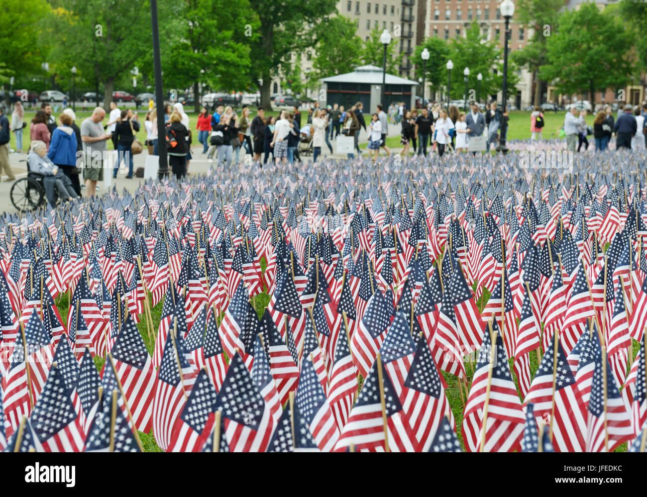 Las personas que vean las banderas americanas plantados en memoria de los soldados, el Memorial Day, Boston, MA Imagen De Stock