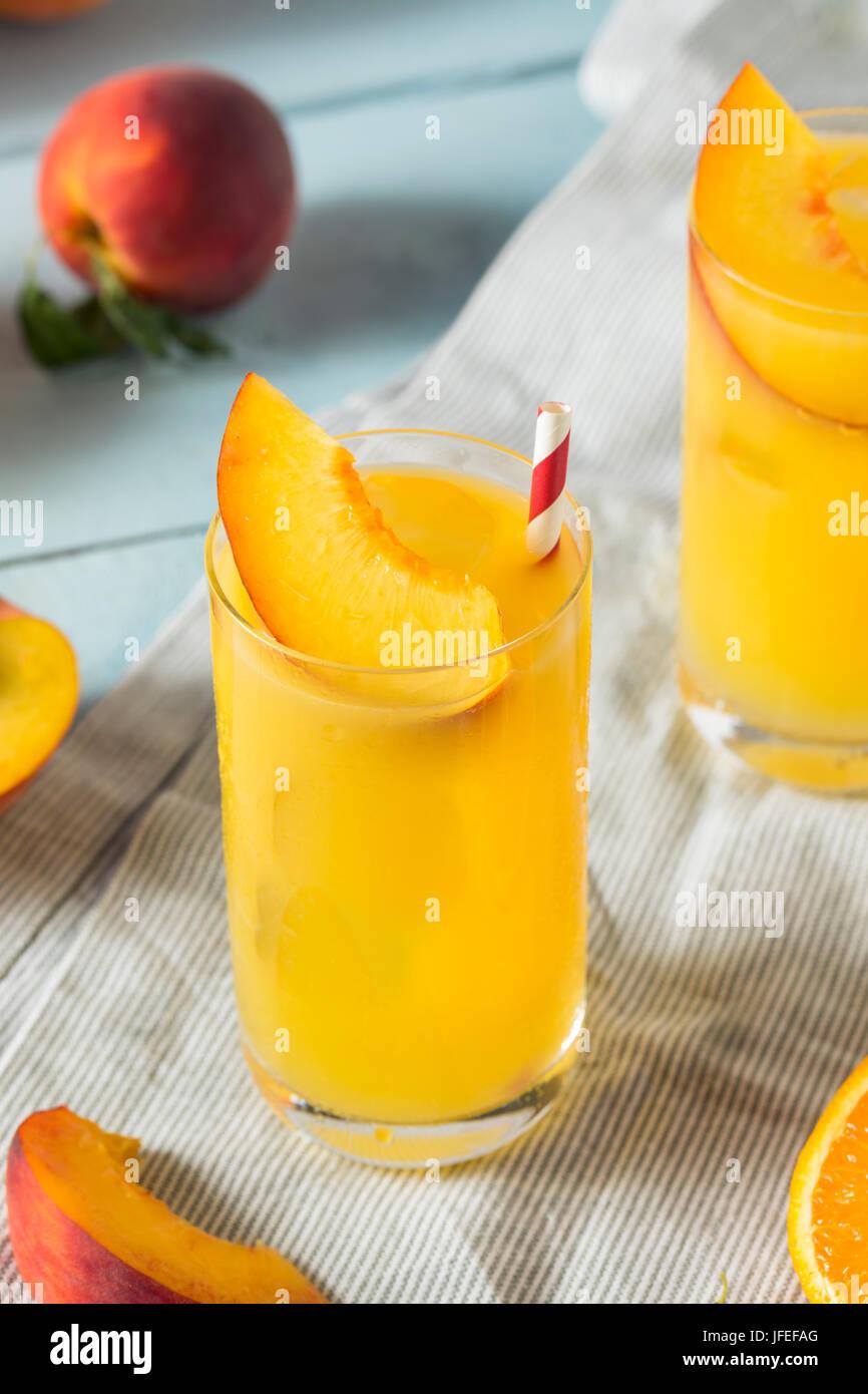 Actualización de melocotón y naranja navel difusa con una guarnición de cócteles Imagen De Stock