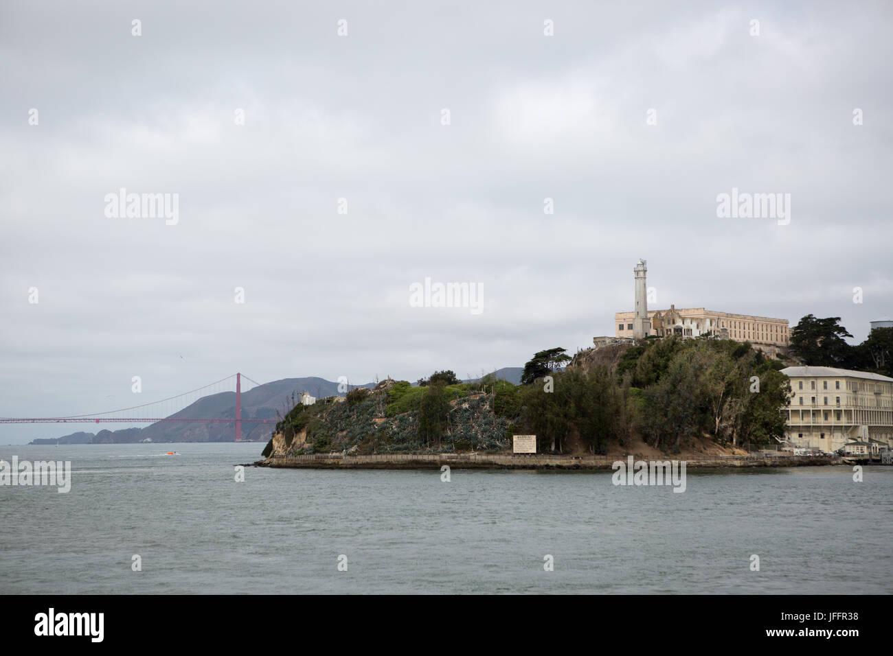 Una vista panorámica de la Isla de Alcatraz, la Penitenciaría Federal de Alcatraz y el Puente Golden Gate. Foto de stock