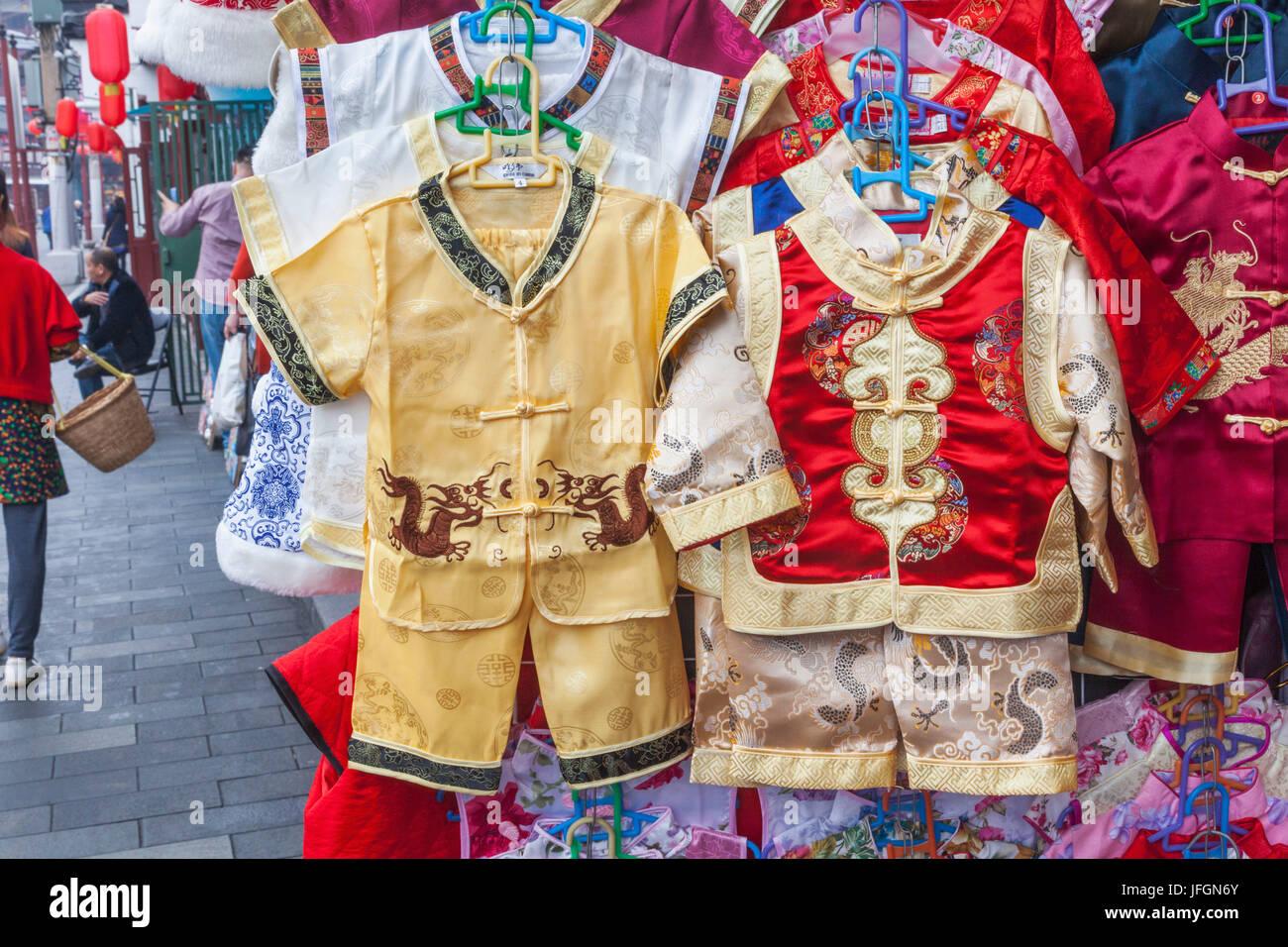 China, Shanghai, el Jardín Yuyuan, visualización de la tienda tradicional de ropa infantil Imagen De Stock