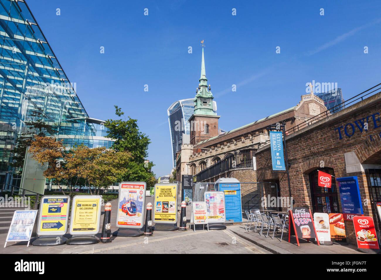 Inglaterra, Londres, vallas publicitarias bloqueando la senda Imagen De Stock