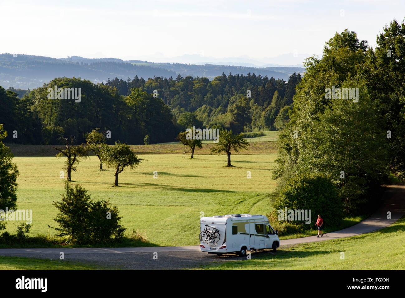 Camper, un prado con árboles frutales dispersos, Ravensburg, Baden-Wurttemberg, Alemania Foto de stock