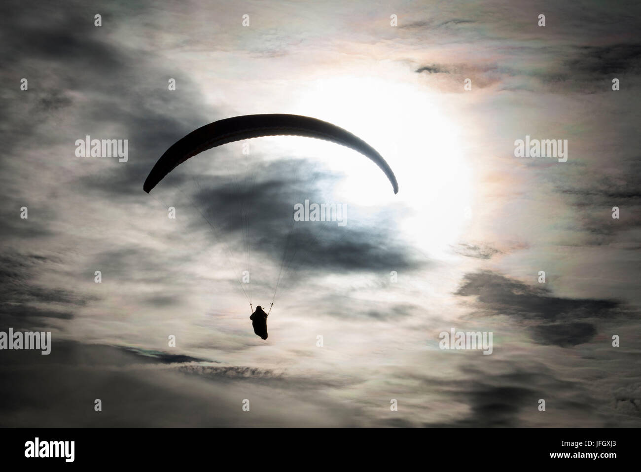 Parapente en el cielo atmosférico, fotografía aérea, el sol, Bassano, Monte Grappa, Veneto, Italia Foto de stock