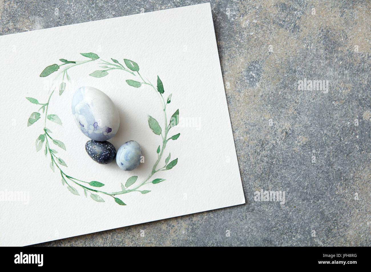 Los huevos de Pascua con hojas dibujadas a mano en papel Foto de stock