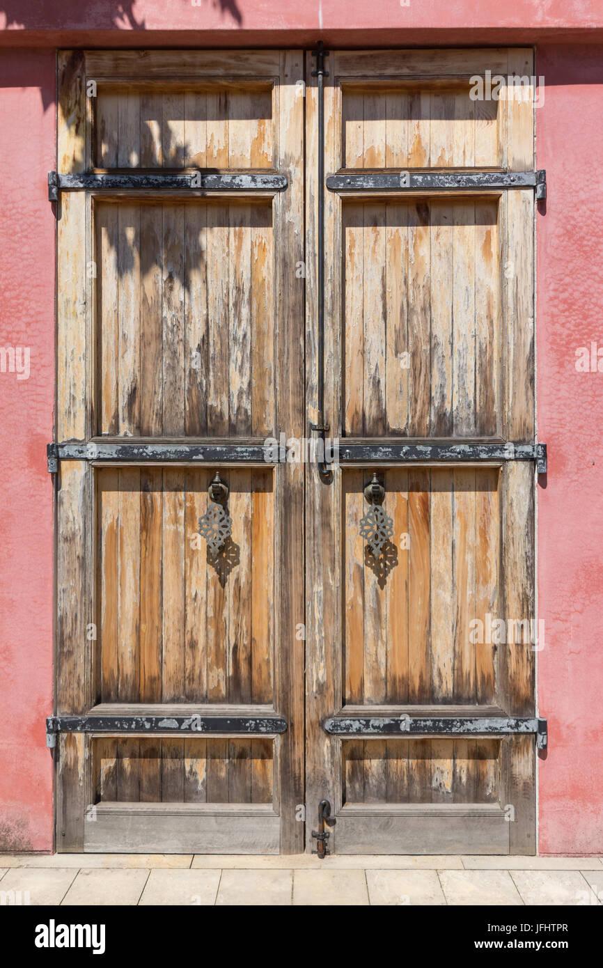 Puerta de madera antigua good puerta balcn de madera for Manijas para puertas de madera