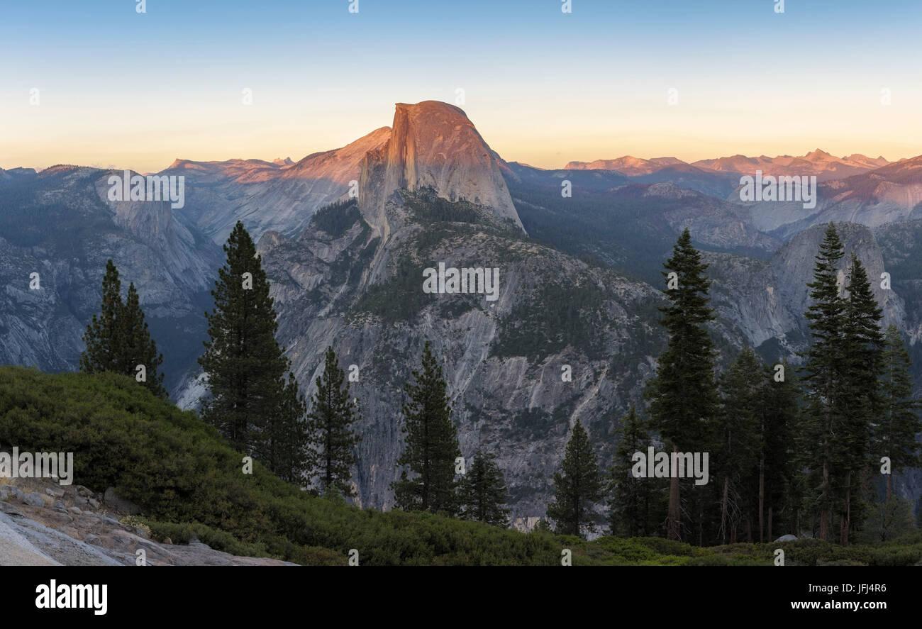 El Half Dome está perfectamente iluminada por el sol, el sol, los EE.UU., el parque nacional Yosemite, California Imagen De Stock