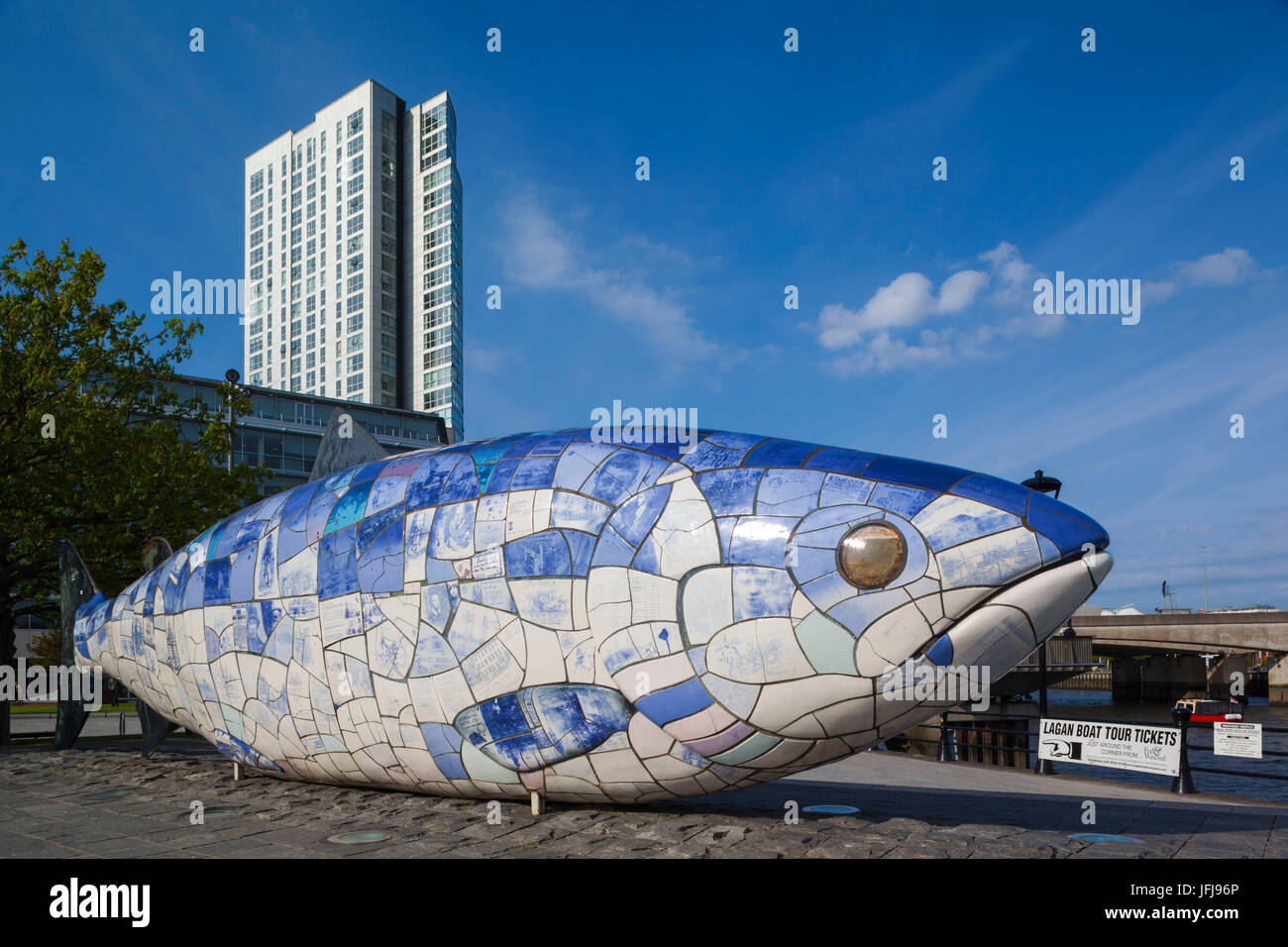 Reino Unido, Irlanda del Norte, Belfast, Bigfish escultura por John amabilidad, riverfront Foto de stock