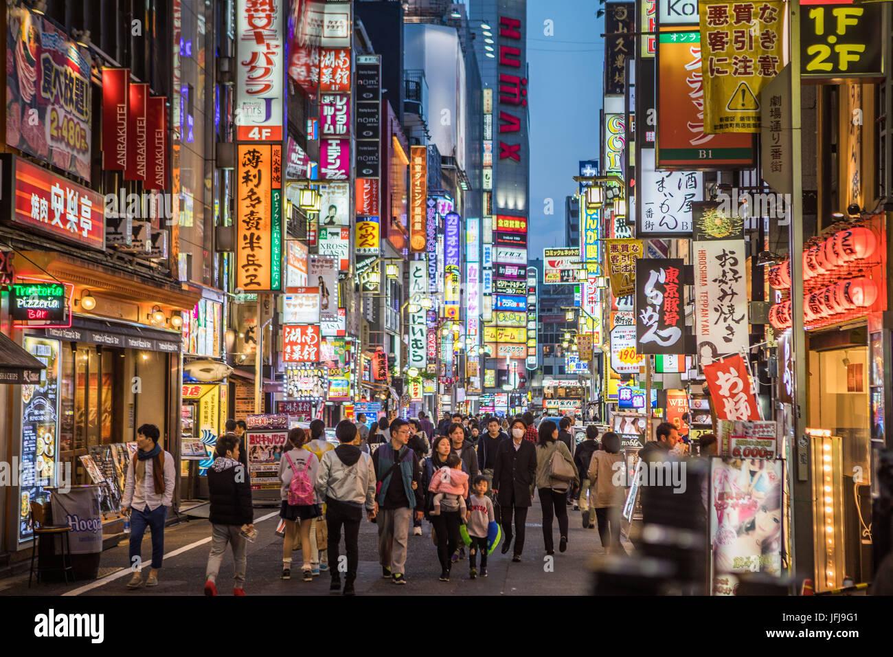 Japón, la ciudad de Tokio, Shinjuku District, distrito Kabukicho en la noche Imagen De Stock