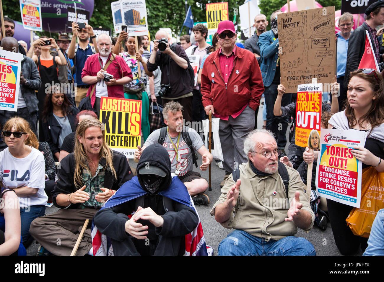 Londres, Reino Unido. El 1 de julio, 2017. Unas pocas personas una sentada de protesta frente a Downing Street durante Imagen De Stock